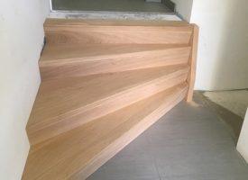 Betontrap met houten treden